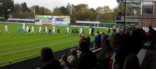De ploegen komen het veld op. Foto Multi Sport Radio