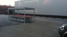 Winkelkarren van de Boni op de parkeerplaats. De lijnen aan de muur doen vermoeden dat ook daar een grote plaat zal komen.
