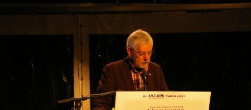 Barend Vinke, voorzitter van de Stichting Herdenking Joods Leven Zwartewaterland, leest de namen voor in Westerbork.