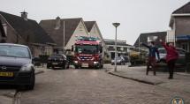 Buurtbewoners wijzen brandweer de weg. Foto's Erik Eenkhoorn