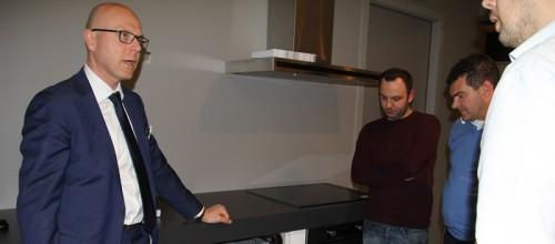 Directeur Martijn Schuurman legt de voordelen van de nieuwe wasmachine uit. Foto en tekst Erik Driessen