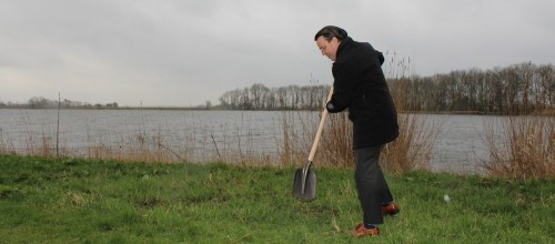 Burgemeester steekt eerste symbolische schop in de grond.