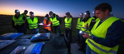 Vrijwilligers van de KEI Brigade van het Waterschap inspecteren voor het eerst de dijken. Hier staan ze onder aan de dijk aan de Mandjeswaardweg zandzakken inspecteren. (Feniesja Hofman in oranje hesje)Foto Freddy Schinkel, IJsselmuiden © 300915