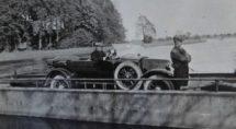 Een auto op de pont die tot 1965 over de Vecht voer