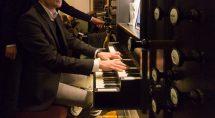 De jonge organist Hendrik van Veen begeleide koor en samenzang. © Erik Eenkhoorn