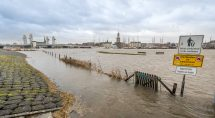 De IJssel treedt ver buiten haar oevers. © Erik Eenkhoorn