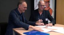 Erik Nijhof (OVG) en Egbert Brouwer ondertekenen contract.