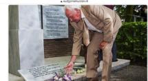 Klaas Kolk legt bloemen bij het oorlogsmonument in Genemuiden.